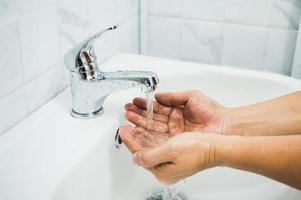 fechar as mãos masculinas, lavando as mãos com sabonete. foto