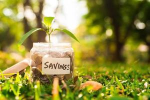 moedas no frasco. economizando o conceito de dinheiro. foto