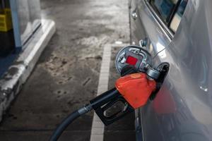 bombeando gasolina no carro no posto de gasolina foto