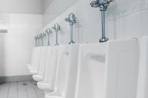 lavabo público e banheiro interno com lavatório e lavabo. foto