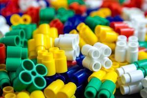blocos de construção de plástico multicolorido como textura de fundo foto