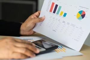contador asiático trabalhando e analisando projeto de relatórios financeiros foto