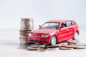 carro em moedas. empréstimo de carro, finanças, economia de dinheiro, seguro, leasing foto