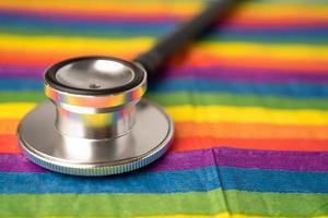 estetoscópio preto no fundo do arco-íris, símbolo da lgbt foto