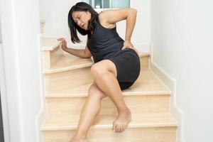 paciente mulher asiática caiu escada abaixo devido a superfícies escorregadias foto