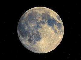 lua cheia vista com telescópio, céu estrelado foto