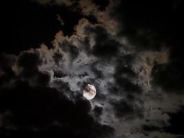 luz da lua atrás das nuvens foto