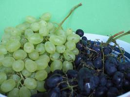 uvas brancas e vermelhas foto