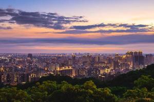 vista da cidade de taoyuan da montanha hutou em taiwan à noite foto