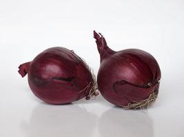 cebolas vermelhas vegetais em fundo branco foto