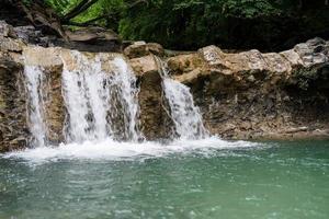 bela cachoeira tropical em dia chuvoso foto