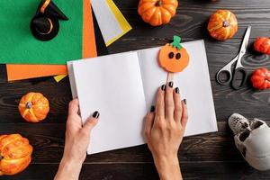 fazendo artesanato de marcador de abóbora de halloween foto