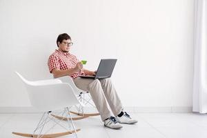 jovem fazendo compras na internet com laptop foto