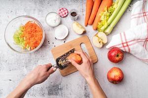 fazer salada de aipo, instruções passo a passo. passo 4 - ralar maçãs foto
