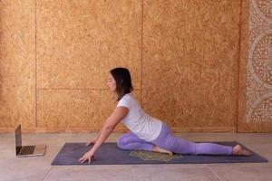 mulher pratica ioga no estúdio foto