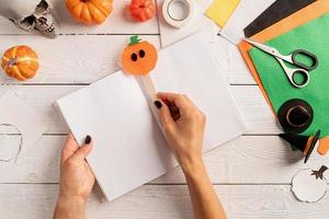 instruções passo a passo para fazer um marcador de halloween foto