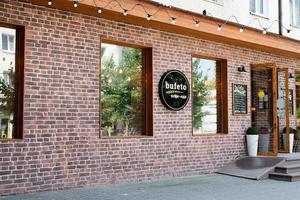 anapa, rússia, 2021 - parte externa do café com parede de tijolos vermelhos no centro histórico foto