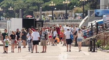 yalta 2021- temporada turística com grande número de pessoas no aterro em yalta foto