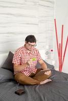 homem comprando na internet com tablet foto