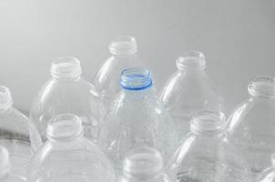 garrafas vazias para reciclar, campanha para reduzir o plástico e salvar o mundo. foto