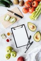 bloco de notas em branco e alimentos saudáveis vista de cima plana lay foto