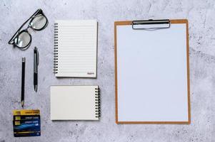 conjunto estacionário com bloco de notas transparente, vista superior foto