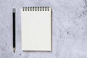 lápis preto com bloco de notas, vista de cima foto