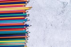 lápis de cor com fundo branco foto