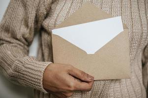 mão segura um cartão ou carta aberta foto