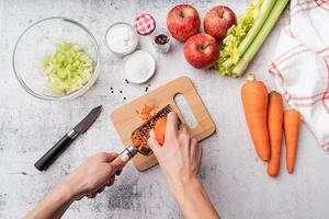 fazendo salada de aipo foto