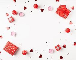 fundo de dia dos namorados com velas, presentes, corações e confetes foto