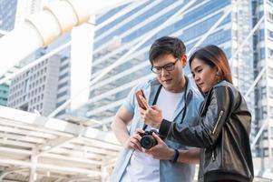 um amante que viaja está usando um smartphone para encontrar a localização foto