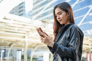 jovens mulheres bonitas asiáticas usando smartphone foto