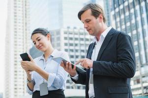 retrato de empresário e mulher usando tablet e smartphone foto
