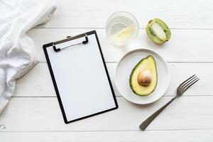 plano de desintoxicação de abacate e kiwi e bloco de notas em branco, vista de cima plano foto