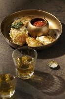 deliciosa refeição com arranjo de sambal foto