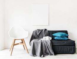 simulação de quadro de pôster com decoração no fundo da parede branca foto