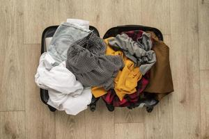 a embalagem dos preparativos da mala de viagem foto