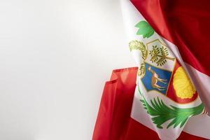 a bandeira nacional do Peru com o símbolo foto