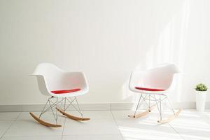 krasnodar, rússia 2021 - luz moderna e interior arejado de sala branca com cadeiras e fundo vazio foto