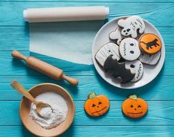 biscoitos de gengibre frescos de halloween na mesa de madeira azul. foto