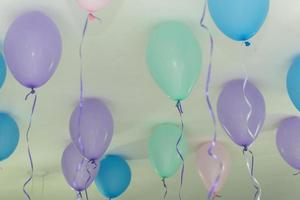 balões com gás hélio presos ao topo do teto foto