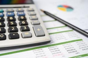 calculadora em papel milimetrado. finanças, dados de pesquisa analítica de investimento foto