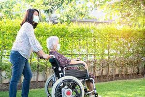 médico, ajuda e cuidados, paciente asiática idosa sentada na cadeira de rodas foto