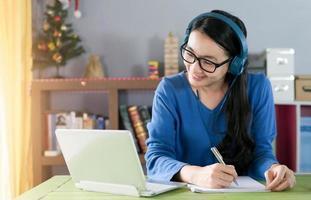 escrita feminina para estudar online ou como professora particular em casa. foto
