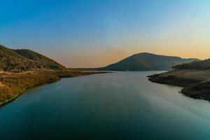 paisagem lago e montanha para férias e fim de semana prolongado foto