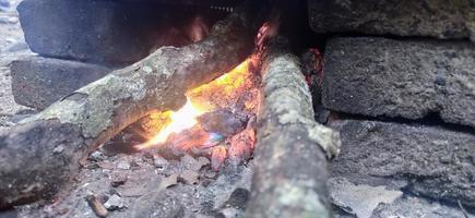 carvão de lenha quente com fogo vermelho foto