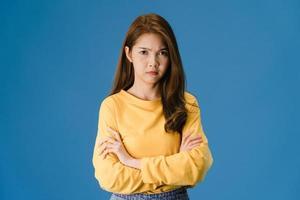 jovem senhora asiática com expressão negativa sobre fundo azul. foto