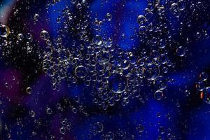 foto de óleo em uma superfície de água com bolhas