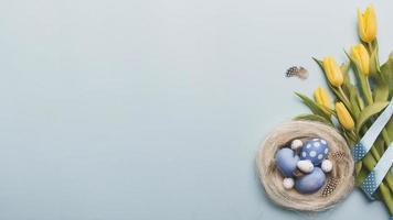 ninho com ovos coloridos perto de tulipas. resolução e bela foto de alta qualidade